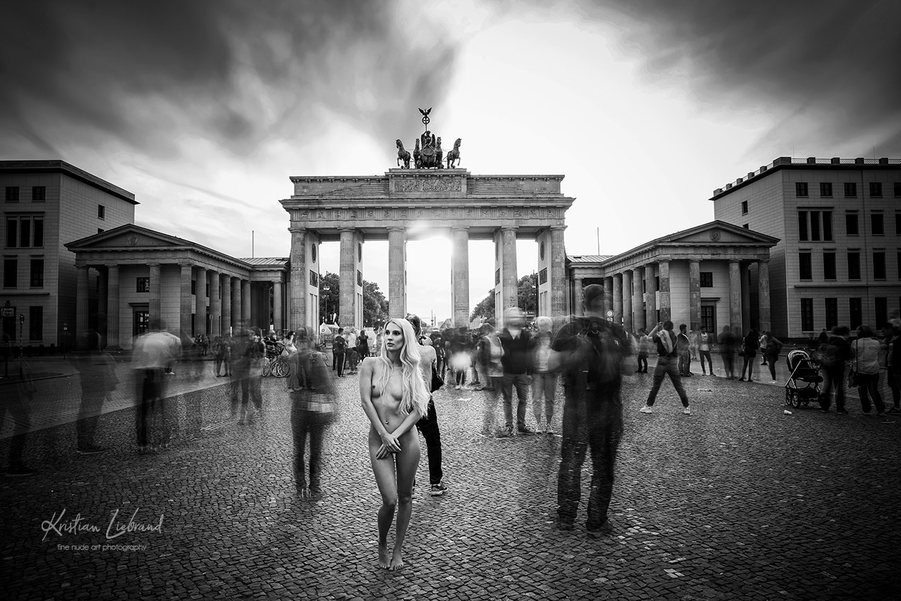 Nude in Public Fotoshooting in Berlin am Brandenburger Tor - Aktfoto scharz-weiß